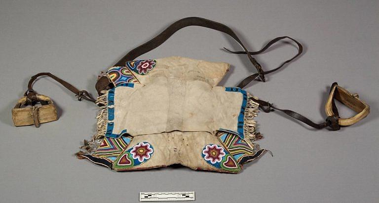 Polštářové sedlo získané od kmene dakotských Janktonů. Pravděpodobně je ale prací severnějších kmenů. Příčný obdélník jelenice zde má estetický význam. NMNH.