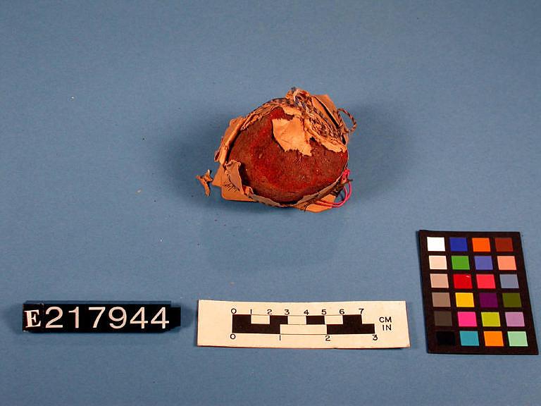 Originální barvící koláček vyrobený z pigmentu a klihu. Používal se k barvení surové kůže.