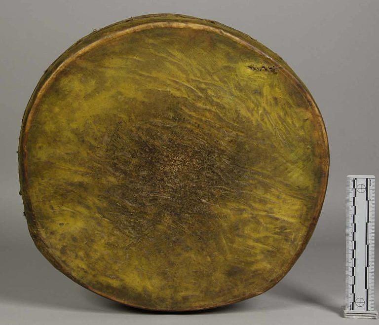 Bubínek kmene Jutů. Blána je vyrobena ze surové kůže, pravěpodobně z vysoké zvěře.