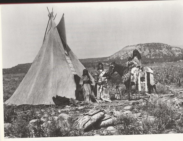 Indiáni kmene Utahů na dobové fotografii. Všimněte si parfleší ze surové kůže v popředí. Jsou plné jídla, oblečení nebo jiných věcí.