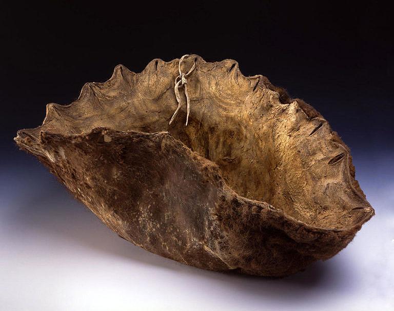 Mísa ze surové, nevydělané bizoní kůže. Indiánky ji používaly na drcení sušeného masa k výrobě pemikanu. BBHC.