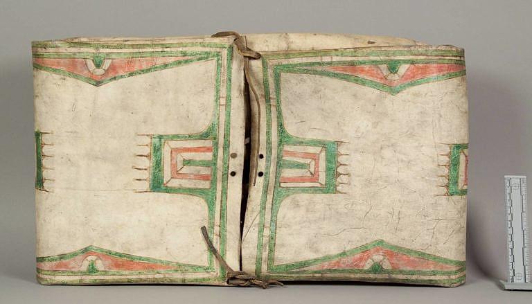 Parfleš kmene Šajenů. Bílou, nepomalovanou stranu vzoru považovali indiáni za integrální součást vzoru. Vzory většina kmenů považovala za posvátné a plné duchovní symboliky.