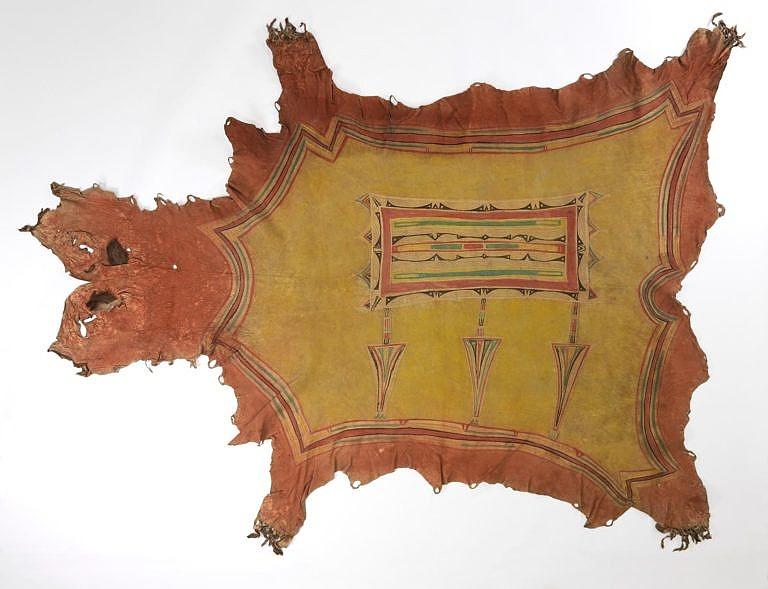Malovaný plášť z jižních plání. Techniky malování na kůži se podle odborníků vyvinuly v oblasti Velkých jezer a později se dostaly na Velké pláně. Z těchto technik se pak vyvinuly techniky malování surové kůže.