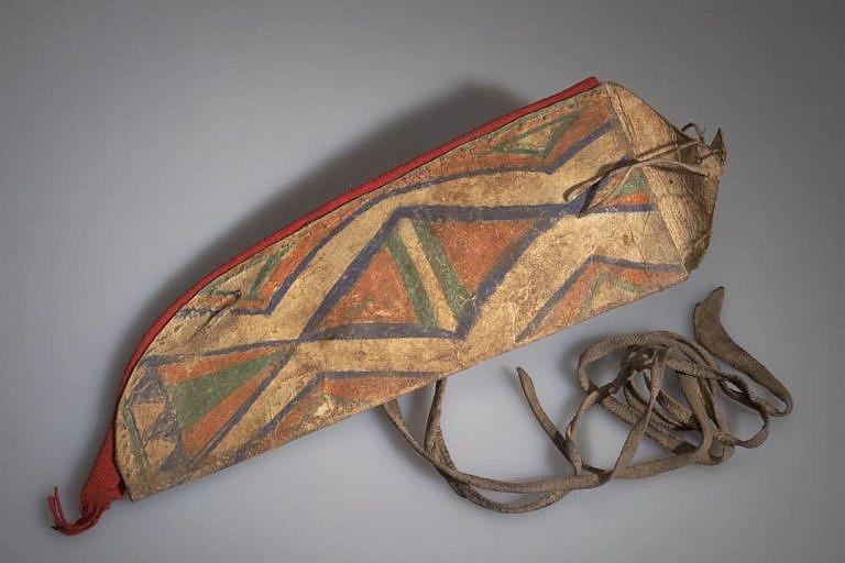 Pouzdro na nůž kmene Šošonů. Zřejmě jde o běžný recyklát, kdy se ze stará nebo vyřazená parfleš použila na výrobu nového výrobků, v tomto případě pouzdro na nůž. Taková recyklace byla u indiánů zcela běžná.