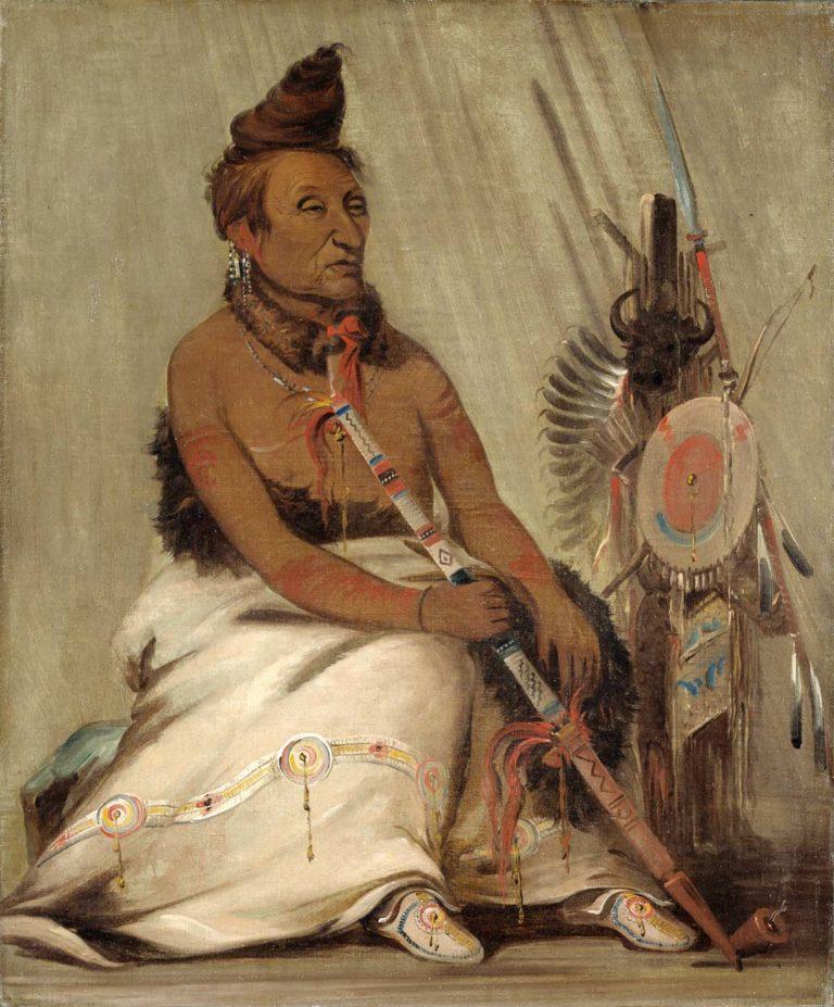 Černý mokasín, kmet kmene Hidatsů s bizoním pláštěm zdobeným vyšívaným pásem. Kresba George Catlin.