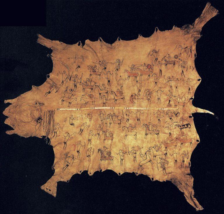 Bizoní plášť z počátku 19. století. Plášť je vyčiněn komplet s hlavou a ocasem zvířete. Takové byly nejcennější. Zdá se, že kůže byla vyčiněna v kuse, nebyla rozříznutá. I na takové kůže se mohl našívat ozdobný pás.