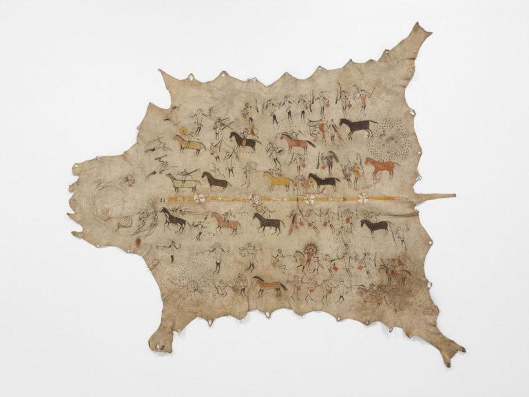 Bizoní plášť s vyšívaným pásem z ursoních ostnů. Zdoben je navíc piktografickými motivy. Paříž, Muzeum člověka.