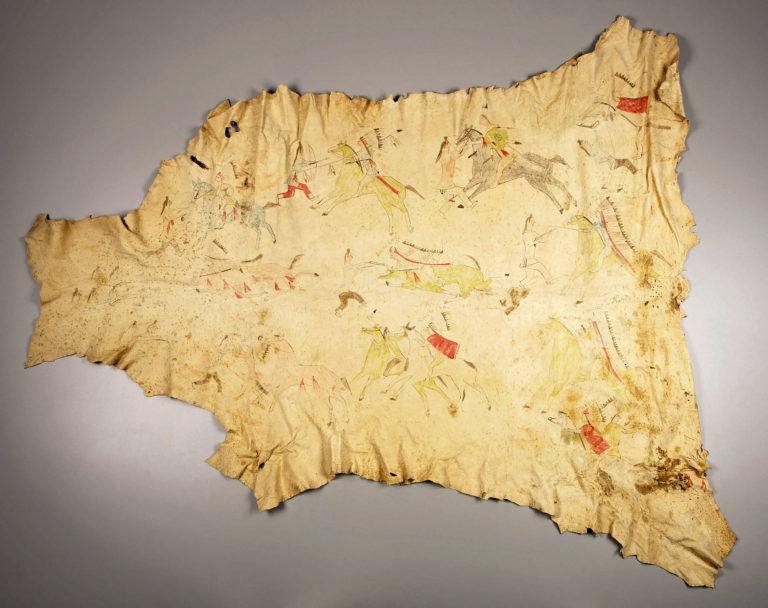 Bizoní plášť kmene s vyobrazenými hrdinskými skutky ve formě piktografických záznamů.