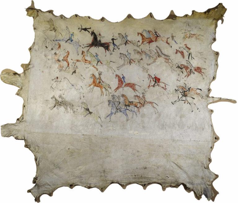 Bizoní plášť kmene hunkpapských Lakotů s vyobrazenými hrdinskými skutky. Zde konkrétně se jedná zřejmě o krádež koní a boje s bílými vojáky. Plášť pochází z roku 1865.