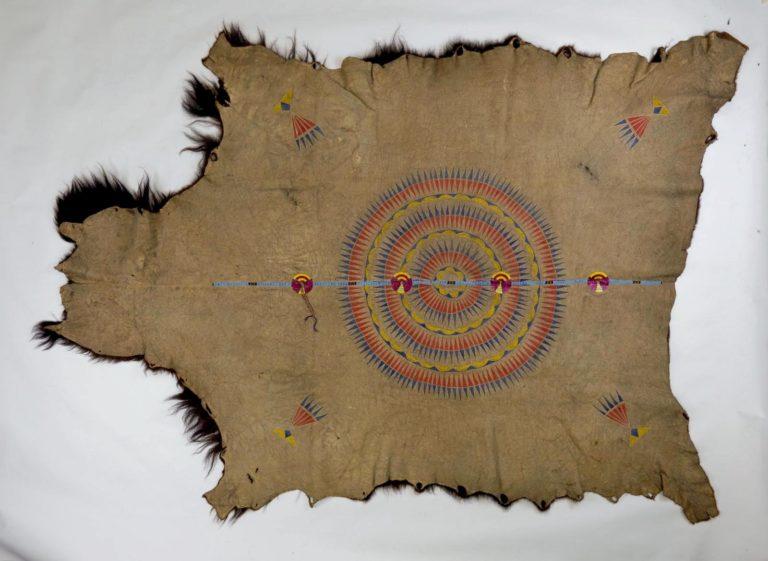 Plášť z centrálních plání. Plášť je navíc ozdoben vyšívaným pásem. Pennsylvania museum.