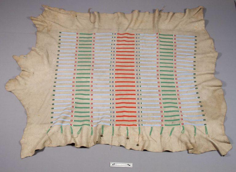 Bizoní plášť kmene Vran s vyšívanými korálkovými proužky. NMNH