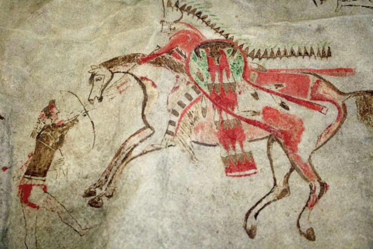 Detail piktografické kresby s bizoního pláště. Vyobrazuje výjev z bitvy mezi jednotlivými kmeny. Majitel pláště na něj takto zaznamenal nebo nechal zaznamenat své hrdinské činy.