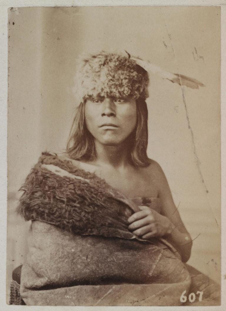 Malý havran z kmene Pónyů na fotografii W. Jacksona z roku 1869. Kolem ramene má přehozený bizoní plášť.