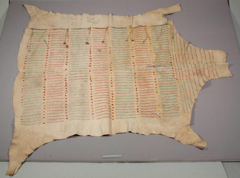 Bizoní plášť s vyšívanými quillovými proužky. Lakotský. NMNH.