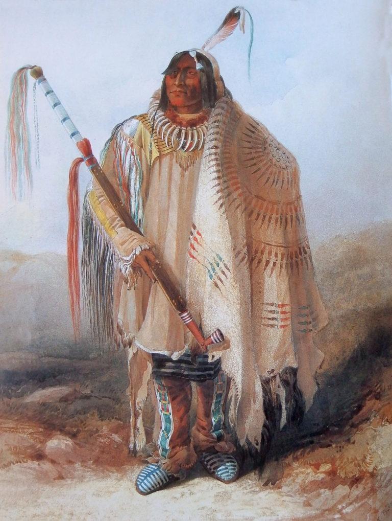 Dva havrani, jeden z náčelníků kmene Hidatsů na obraze Karla Bodmera. Přes rameno má přehozený nádherný bizoní plášť se symbolem sluneční péřové čelenky.