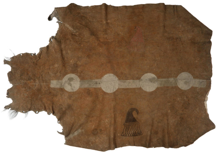 Bizoní plášť kmene Ponka z 18. století. Kůže byla rozříznutá podél páteře a každá polovina vydělána zvlášť. Po vydělání byly obě poloviny opět sešity dohromady. Šev byl částečně překryt vyšívaným pásem, který nyní na plášti chybí. Museum člověka, Paříž.