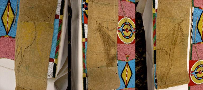 Zadní strana vyšívaného pásu kmene Vran. Výšivka je evidentně vyvedena na starém a recyklovaném bizoním plášti. Malba pochází z piktogramů, které byly vyobrazeny na původním plášti.