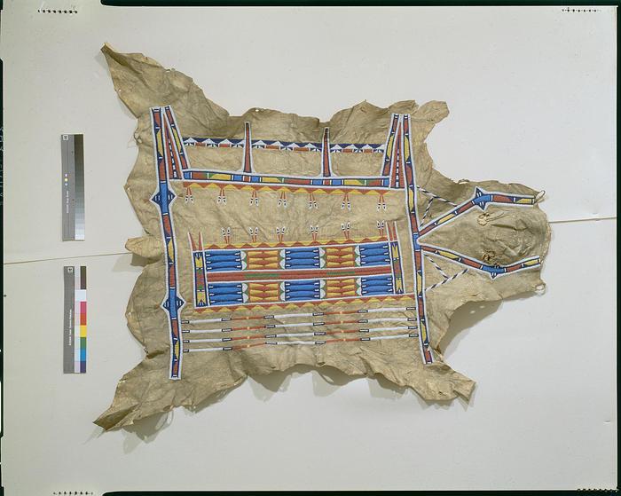 Bizoní plášť typu okraj o obdélník. Pravděpodobně lakotský z doby kolem roku 1865. Ornamenty jsou místo malby vyvedeny výšivkou. National Museum of American Indian.