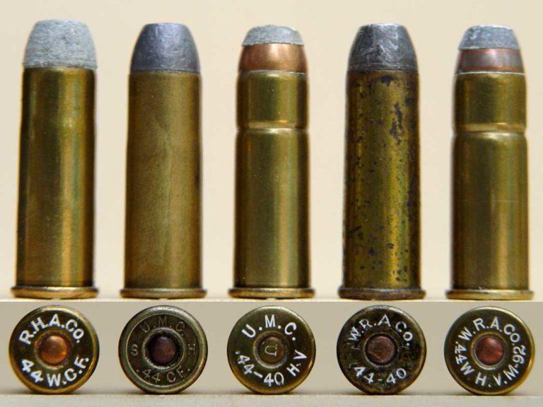 Náboj 44 Winchester center fire, nebo také 44-40. Obsahoval 40 grainů černého prachu a měl středové zapalování. I když byl silnější než 44 Henry, stále šlo o poměrně slabý pistolový náboj. Má lahvičkový tvar (směrem ke střele se zužuje), aby nedocházelo k úniku plynů a spalin do oblasti závěru.