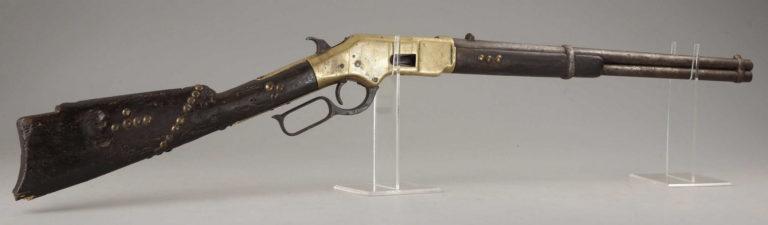 """Opakovací karabina """"yellowboy"""", Winchester 1866, která patřila některému indiánskému válečníkovi, což je zřejmé podle zdobení mosaznými cvoky na pažbě a předpažbí."""