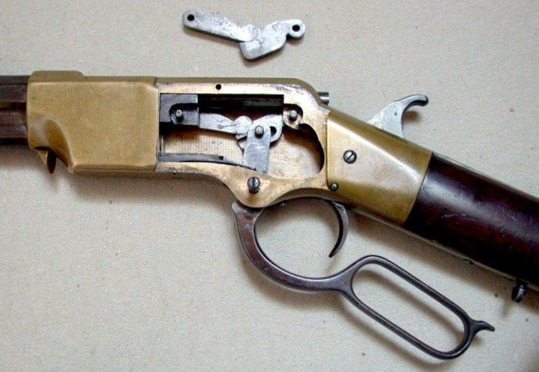 Vnitřní mechanismus henryovky byl převzat z pušek Volcanic.