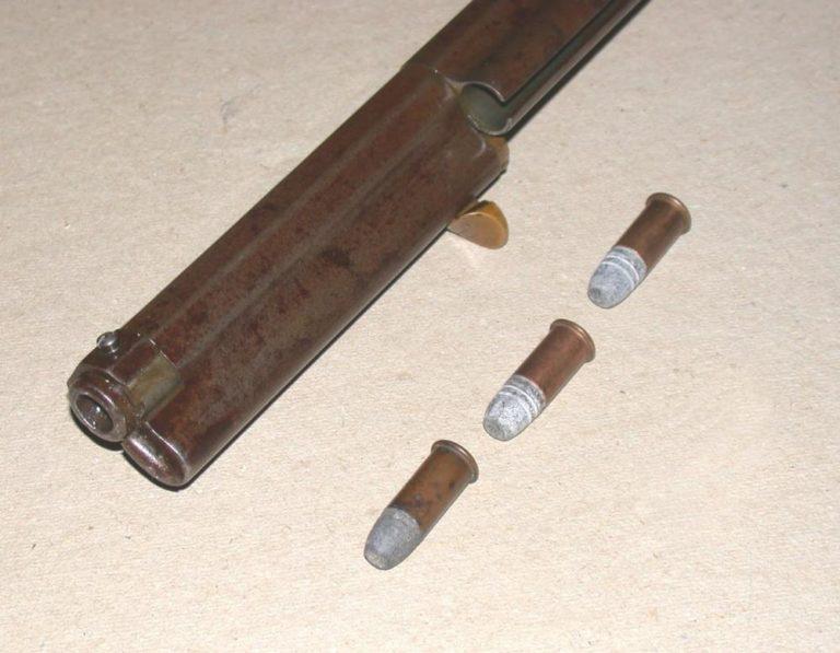Heryovky se nabíjely zepředu, což bylo nepraktické. Pozdější pušky Winchster se již nabíjely zezadu v bočním otvoru na bronzovém plášti.