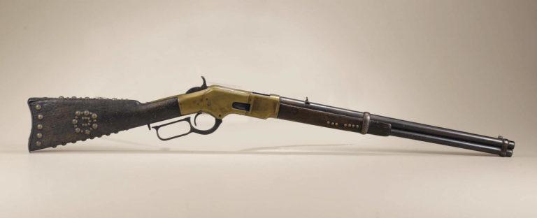 Opakovací karabina Winchster 1866, která patřila jistě nějakému indiánovi, protože je zdobena vybíjením mosaznými cvoky. Takové zdobení bylo pro indiány typické. Heritage auctions.