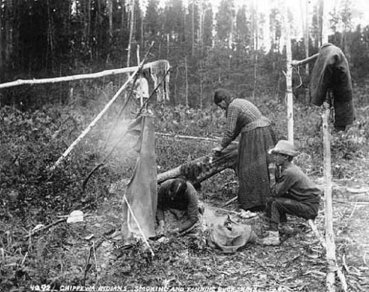 Indiáni kmene Odžibwe udí kůží.