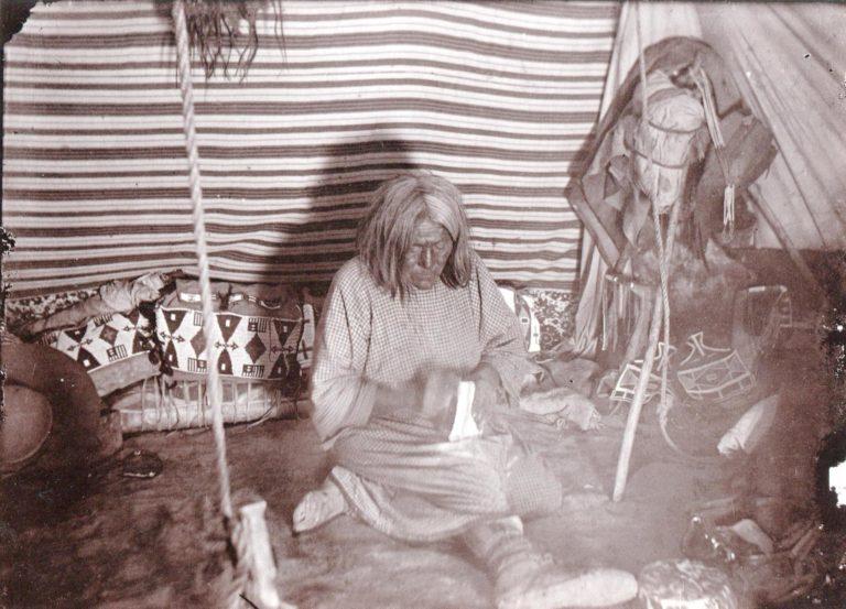 Interiér kmene Vran z rezervačního období. Foto Fred Miller. Vpravo je odkládací trojnoha. Na jiných dobových fotografiích jsou vidět podobné.