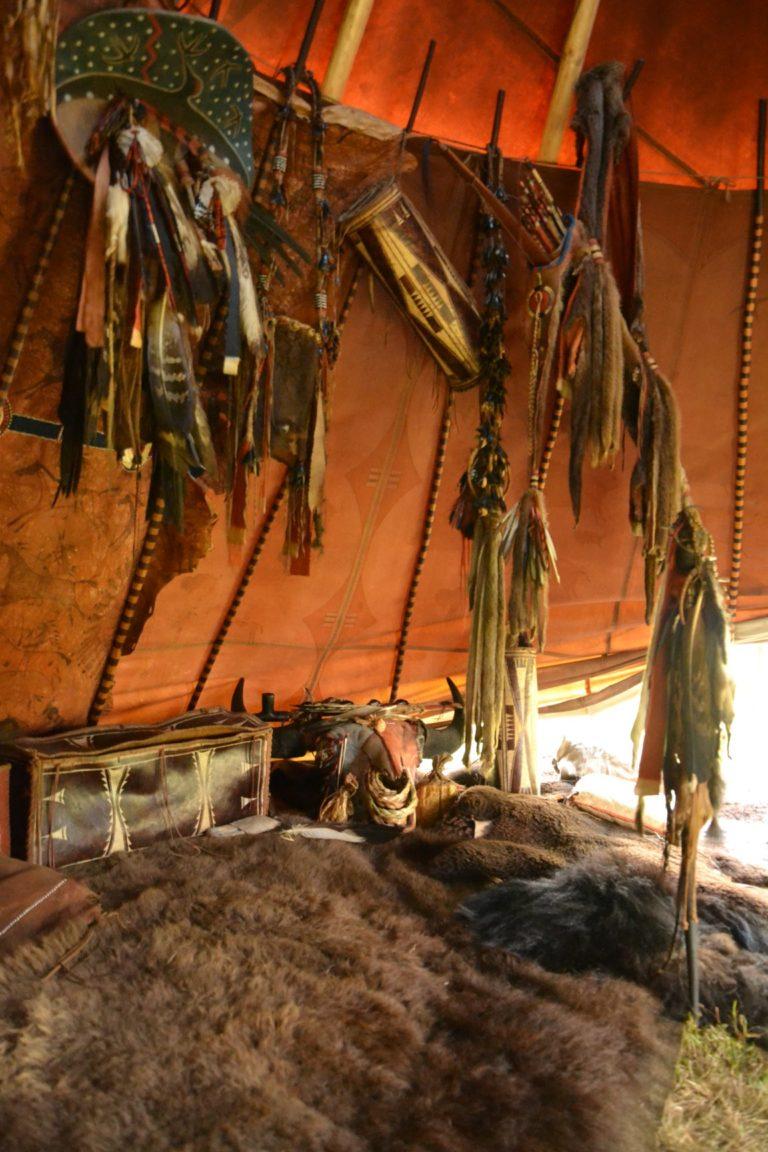 Inteirer týpí českých hobbystů. Na lining je pověšen štít, toulec, tubus a snad ještě nějaké další předměty.