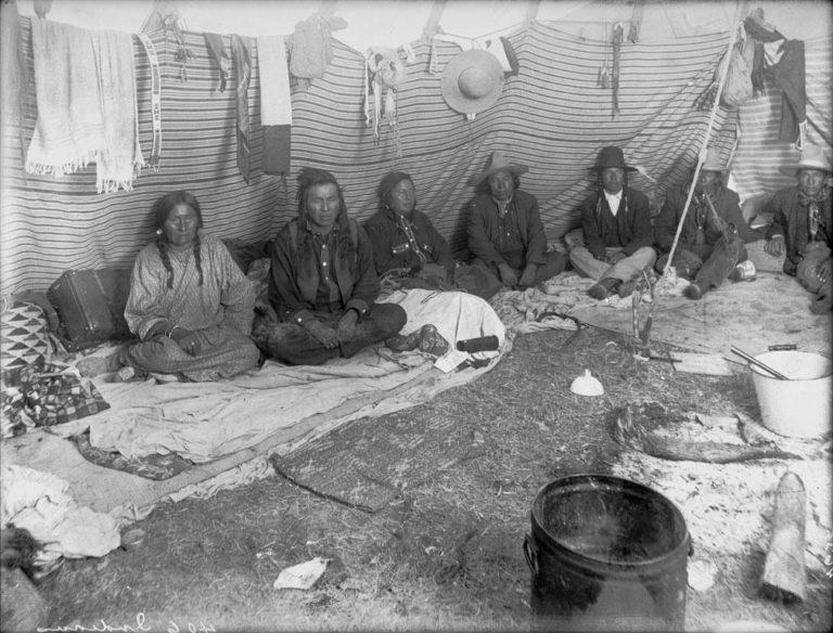 Interiér kmene Vran z rezervačního období. Ohniště indiáni zakládali přímo na trávu a s kameny dokola se příliš neobtěžovali. Český tábornický přístup s kopáním drnů a kameny okolo byl pro ně zřejmě neznámý.