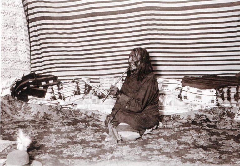 Interiér kmene Vran z rezervačního období. Foto Fred Miller. Na fotografii je krásně vidět systém skladování oblálek-parfleší a týpí tašek a dalšího obalového materiálu.