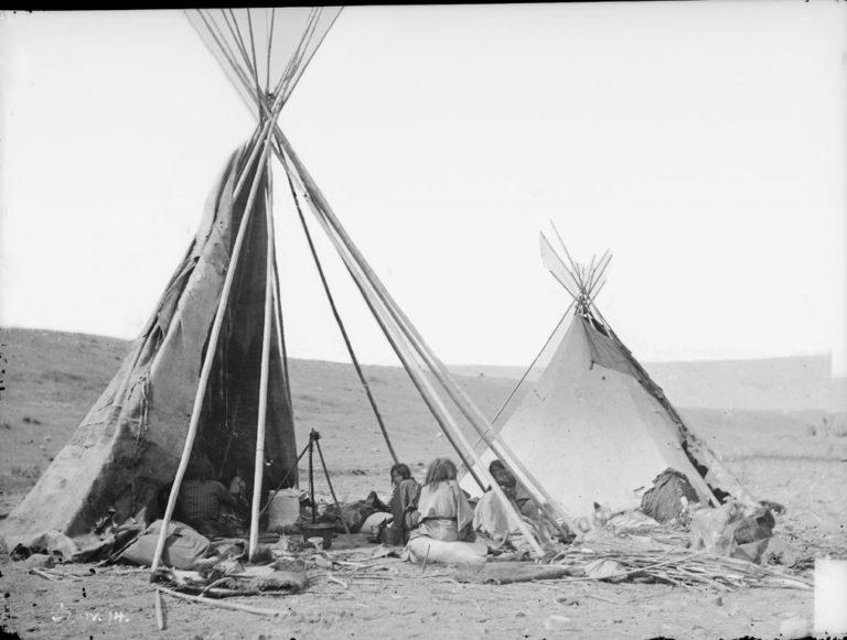 Týpí kmene Vran na fotografii Williama Jacksona z roku 1871. Fotografie byla pořízena u řeky Yellostone river.