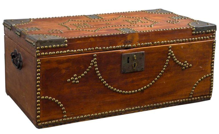 Originální dřevěná truhla z 19. století. Ozdobená je mosaznými cvočky.