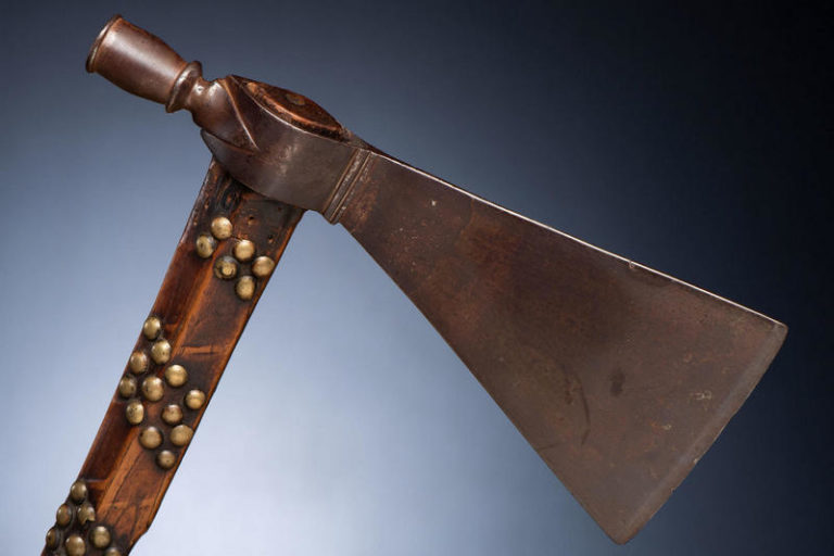 Indiánský tomahawk vybíjený mosaznými cvočky.