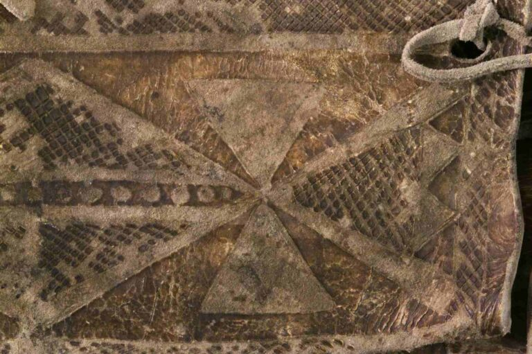 Detail vyškrábávané parfleše.