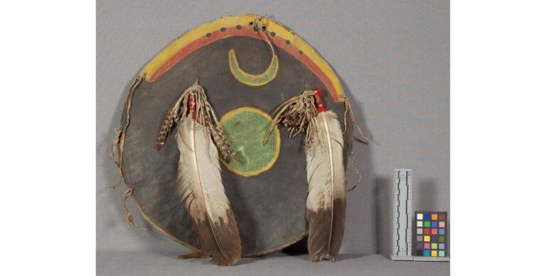 """Štít kmene Arapaho. Je vyroben z vysrážené surové bizoní kůže. Od jeho funkce odrážení šípů vznikl název """"parfleš"""", který se začal používat pro všechny výrobky ze surové kůže."""