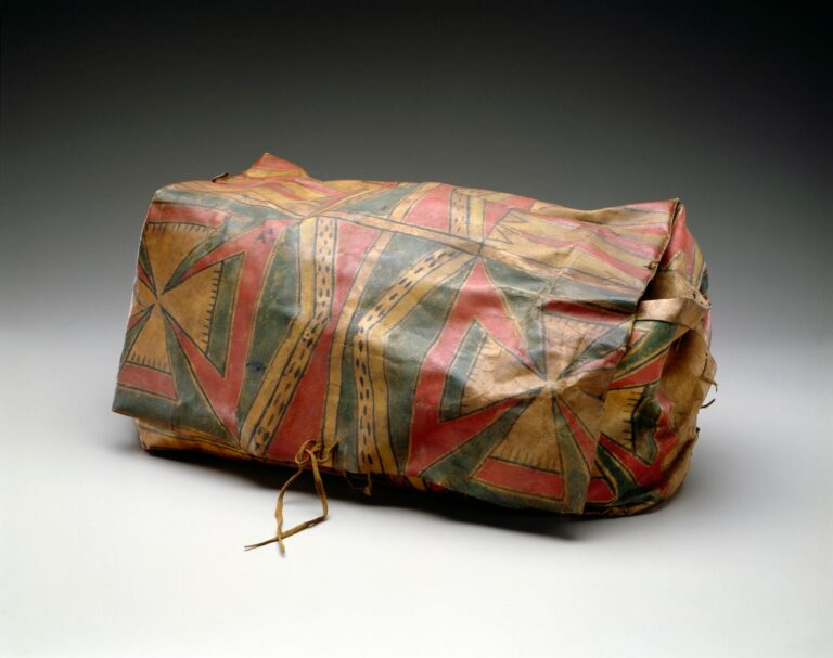 Speciální skládaná krabice ze surové kůže. Tento typ parfleše je hodně starý a vyskytoval se výhradně u kmene Meskwaki.