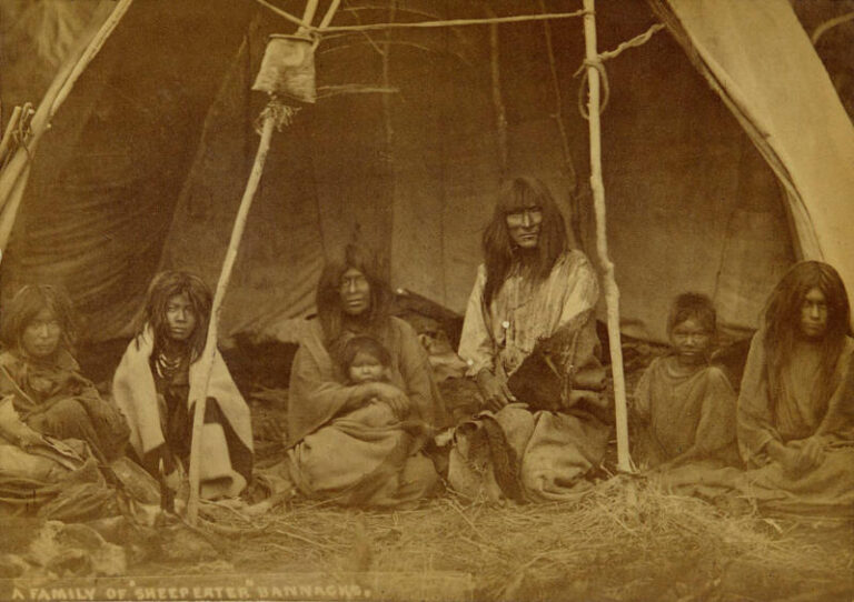 Rodina Bannocků v provizorním přístřešku. Fotografie z roku 1871.