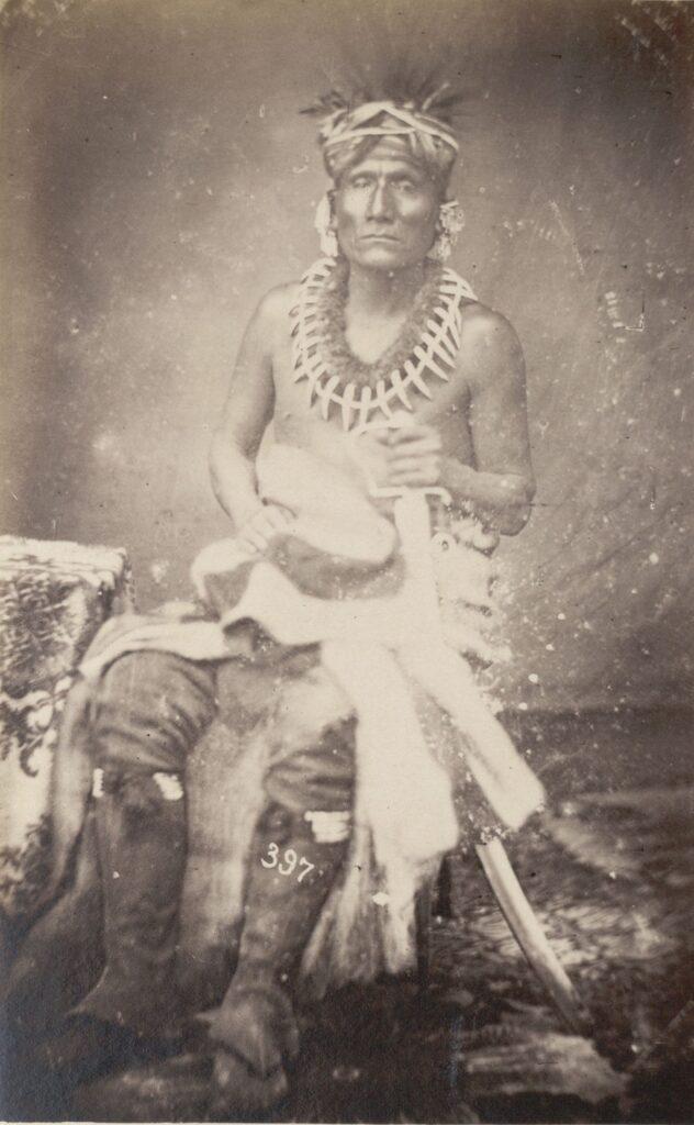 Malý medvěd z kmene Iowa na fotografii z roku 1851.