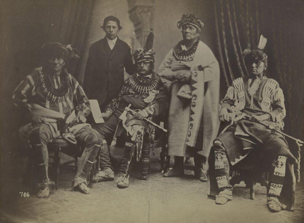 Muži z kmene Sauků na fotografii z roku 1868.