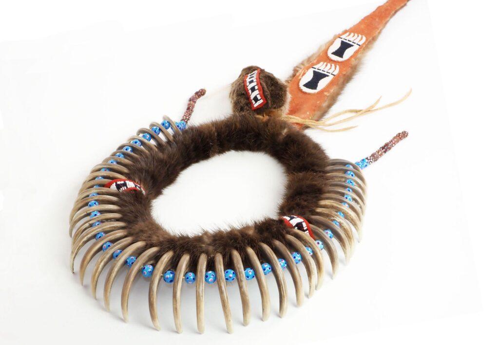 """Replika náhrdelníků z medvědích drápů vyrobená autorem článku. Drápy jsou """"ekologické drápy"""", tedy vyrobené z pryskyřice."""
