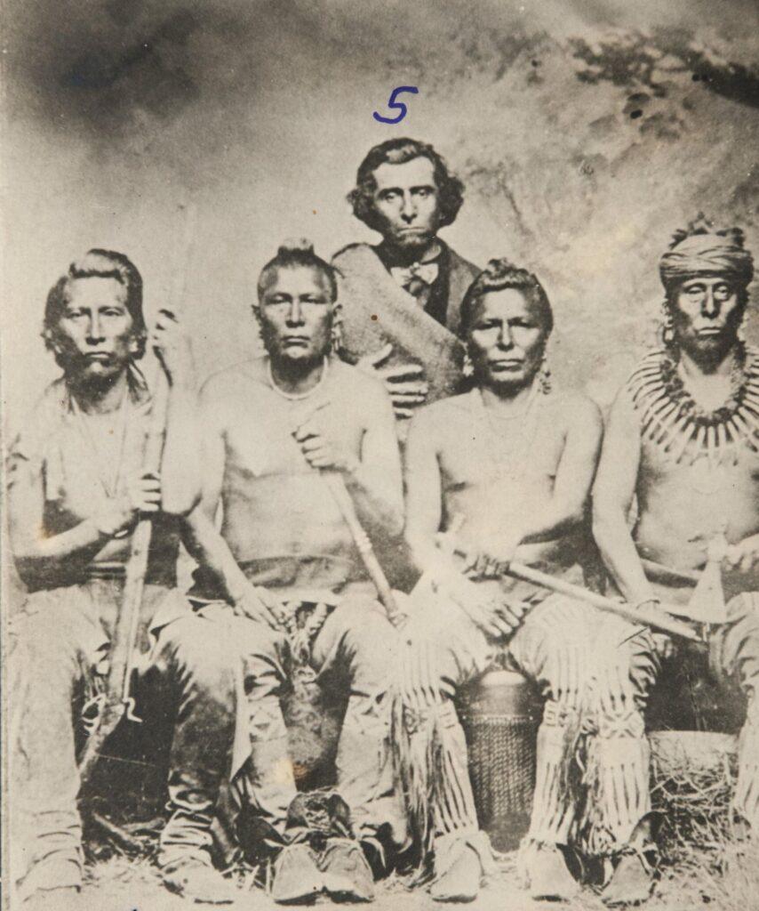 Nebeský náčelník - náčelník Pónyů na fotografii zcela vpravo s náhrdelníkem z medvědích drápů. Zemřel v boji s Lakoty v roce 1873.