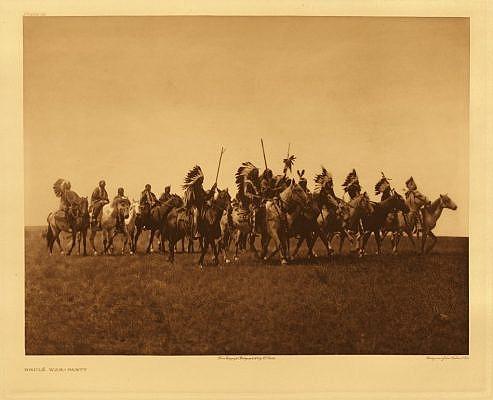 Lakotští válečníci na koních. Fotografie Edward Curtis.