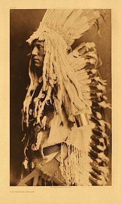 Černonožský válečník na fotografii Edwarda Curtise.